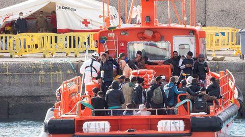 Rescatados de dos pateras llegando a muelle de Arguineguín