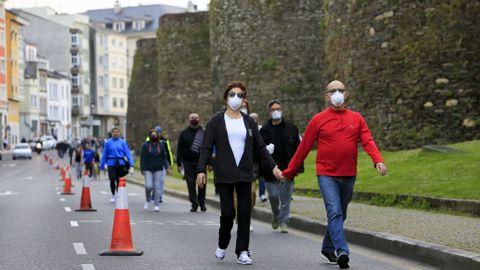 Mayo del 2020, los lucenses pasen junto a la Muralla al comenzar la desescalada por el covid-19