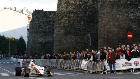 El piloto Alonso Liste con su Fórmula 2 por la Muralla el 13 de diciembre del 2009