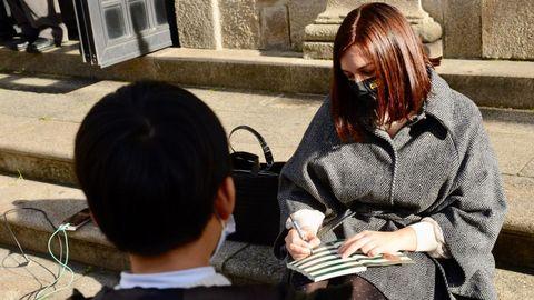Ledicia Costas asina exemplares dos seus libros ás portas do Teatro Principal