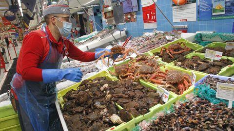 La centolla, en la imagen de la pescadería de Alcampo, es una de las especies con más demanda