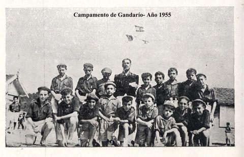 Niños de Cee, en un campamento en Gandarío, con Galán.