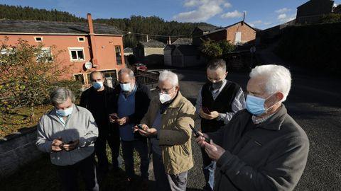 Vecinos de Caxoto, en Ourol, denunciaron a La Voz días atrás la falta de cobertura móvil en el núcleo