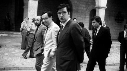 En primer plano el exministro de Sanidad socialista Ernest Lluch, asesinado por ETA en el año 2000