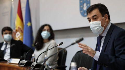 El conselleiro de Educación, Román Rodriguez, compareció ante la comisión de Economía