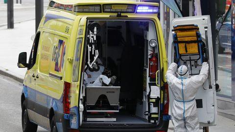 Imagen de archivo de una ambulancia del 061 en el traslado de un paciente en A Mariña