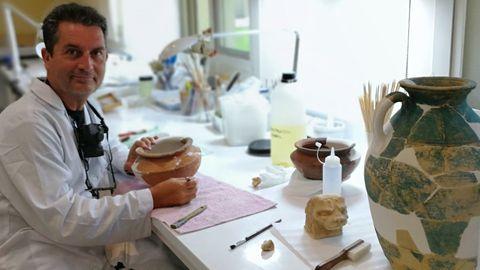 Miguel Ángel Villanueva, trabajando en su laboratorio del emirato de Sharjah