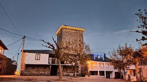 La torre de O Bolo iluminada