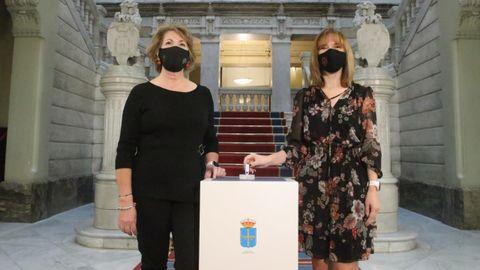 La vicepresidenta primera de la Junta General, Celia Fernández, y la consejera de Hacienda, Ana Cárcaba, en el acto de entrega en el parlamento del proyecto de presupuestos para 2021