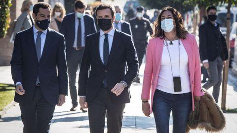 Pablo Casado, este miércoles, en Sevilla, junto al presidente de la Junta, Juanma Moreno, y la secretaria general del PP andaluz, Loles López