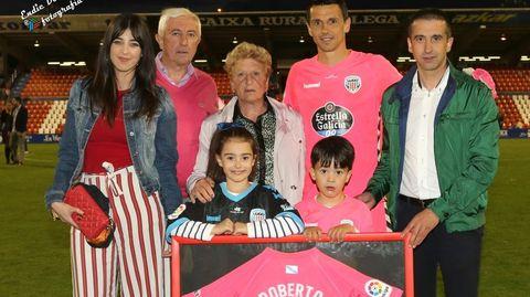 Roberto Fernández, con su familia en el Anxo Carro el día que cumplió 401 partidos como futbolista profesional.