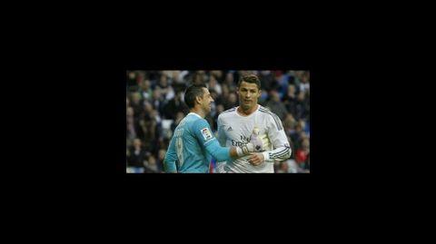 Fernández, con Cristiano Ronaldo en un partido de liga en el Santiago Bernabéu