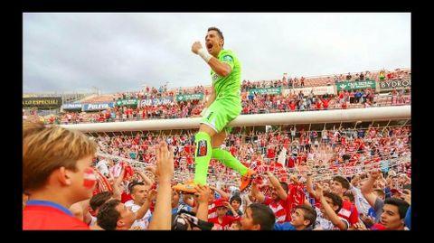 El portero chantadino celebra su segundo ascenso a Primera División con el Granada