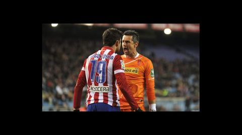 Roberto Fernández se encara con el delantero del Atlético de Madrid, Diego Costa, en un partido de liga