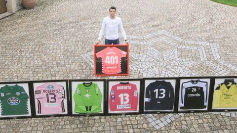 El futbolista chantadino, con su colección de camisetas que intercambió con futbolistas de equipos rivales de Primera y de Segunda División