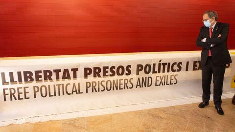 Quim Torra posa con la pancarta que le costó la inhabilitación y que entregó en el Museo de Historia de Cataluña