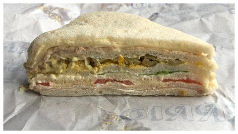 Uno de los sándwiches de tres pisos de la confitería Ferrio