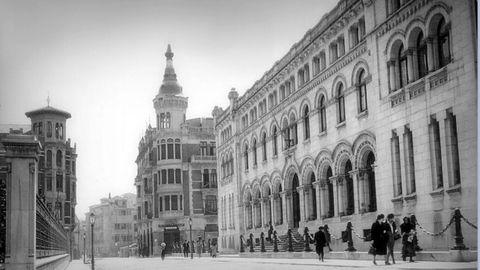 El imponente edificio de la antigua sucursal del Banco de España de Oviedo, en 1928. Fue asaltada durante la revolución de 1934 y ahora es sede de la Presidencia del Gobierno asturiano