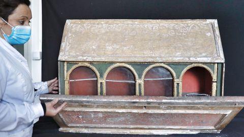 A restauradora Vania López amosa o relicario onde atopou os catro aneis