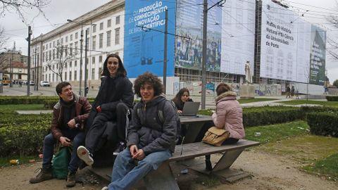 Jóvenes portugueses ante un instituto de secundaria