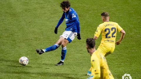 Sangalli golpea un balón durante el Oviedo-Alcorcón