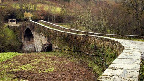 Pontes de Gatín (Becerreá). Vía XIX. Salva el río Navia. Su origen es romana, ya que la Vía XIX pasaba por aquí, aunque la estructura actual es medieval. Tiene dos bóvedas hechas con pizarra y un miliario modernizado.