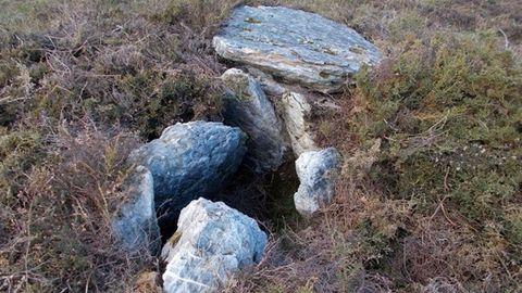Dolmen de Ferreirúas (Navia). Mejor conservado. Único dolmen de la comarca donde se aprecia la cámara funeraria «formada por sete chantos». La cámara funeraria mide 24 metros y la cubierta está desplazada.