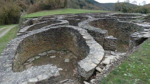 Castro de Santa María (Cervantes). BIC. Este castro es el mejor ejemplo de asentamiento en época romana que se utilizaba para dar servicio a los yacimientos auríferos de la zona. Acaba de ser acondicionado por la Xunta.