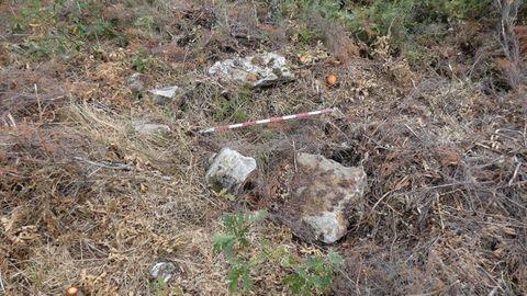 Pena dos Mouros (Cervantes). Necrópolis megalítica. Está formada por cuatro enterramientos (hubo un quinto destruido) y se encuentra en mal estado de conservación debido a continuas agresiones.