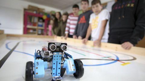 Imagen de archivo de alumnos del CPI Atios (Valdoviño) en un taller de robótica en el centro