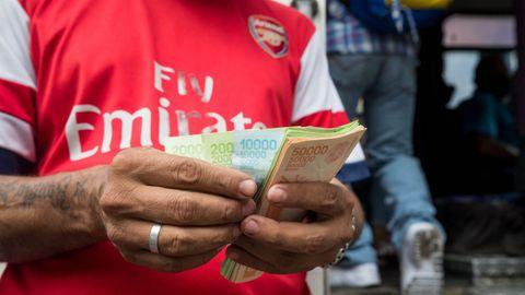 Un hombre manipula billetes de 50.000, 20.000 y 10.000 bolívares