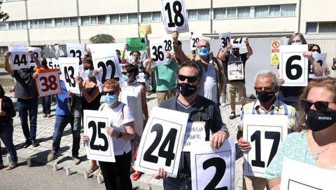 Concentración de protesta y homenaje a los fallecidos en las residencias gallegas