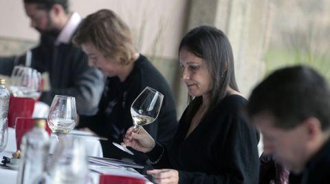 Los integrantes del panel oficial de cata tienen que valorar los 55 vinos presentados al certamen por las 28 bodegas participantes