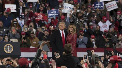 Trump junto a su esposa, Melania, en un mitin en Georgia