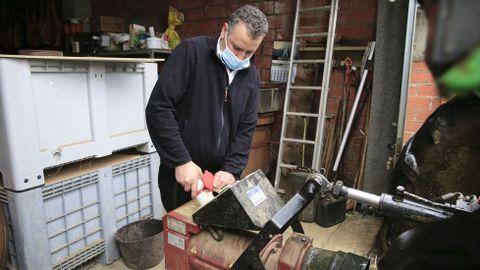 José Antonio Pérez mantiene abierto su restaurante en O Cádavo gracias a un generador conectado a un tractor