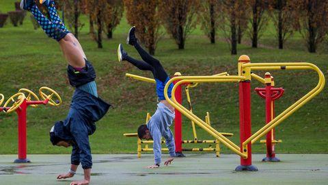 Varias personas hacen deporte en el parque de Invierno de Oviedo