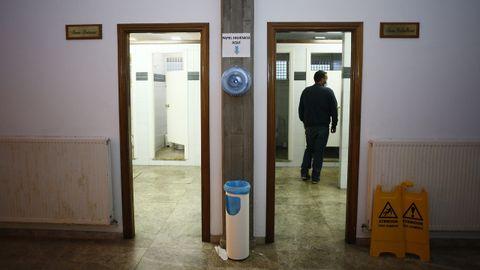 Los aseos de la estación de buses de Viveiro sin las puertas exteriores llaman la atención de los usuarios