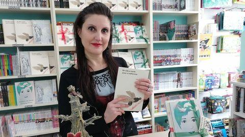 Pili Sánchez con exemplares dos seus dous libros