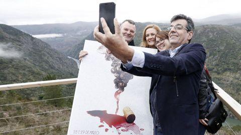 El alcalde de Sober, Luis Fernández Guitián, en la presentación en el mirador de Santiorxo del cartel de la Feira do Viño de Amandi del 2015