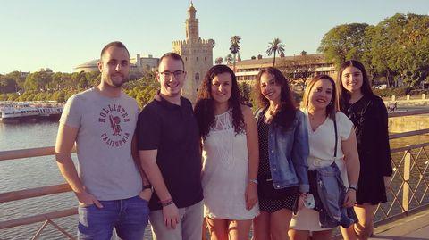 Con sus compañeros de beca en verano en Sevilla