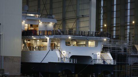 La popa del catamarán, este miércoles al anochecer, en Astilleros Armón Burela, donde prácticamente lo tienen listo para la botadura, prevista para este jueves