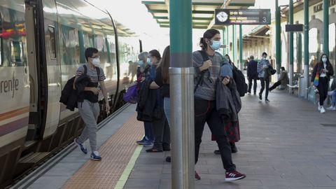Lllegada de viajeros a la estación de tren de Vilagarcía
