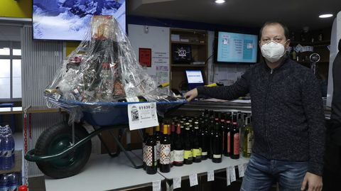 La cesta de Navidad del bar de Andrés Domínguez va en una carretilla