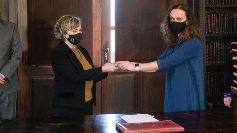La jueza, entregando la llave simbólica a la abogada del Estado