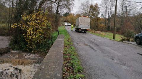Otra avería en el tendido eléctrico mantuvo cortada hoy la carretera de A Ferreirúa