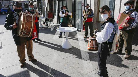 Los limianos salieron a disfrutar de la mañana del sábado una vez levantadas las restricciones más fuertes. Una charanga de la Agrupación Musical da Limia, con gaitas y otros instrumentos, animó las calles del centro