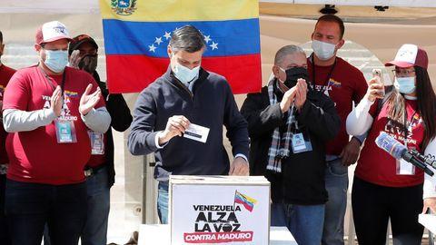 Leopoldo López votó en la consulta popular promovida por Guaidó en la plaza Bolívar en Bogotá