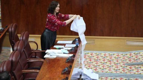 La presidenta de la Comunidad de Madrid, Isabel Díaz Ayuso, muestra una lista de residencias de mayores antendidas durante la epidemia del covid