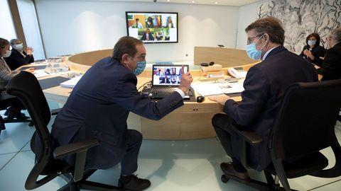 El conselleiro de Facenda y el presidente de la Xunta, durante un Consello da Xunta