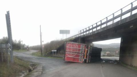 El camión volcó esta tarde a la altura del viducto de la N-120